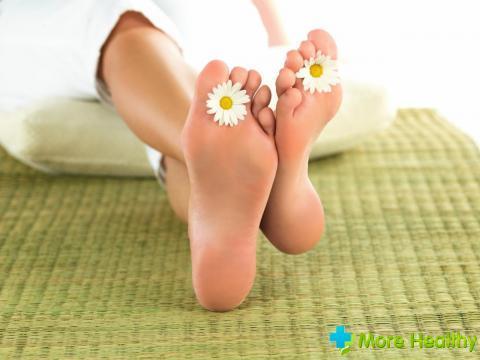 Можно ли парить ноги при температуре: почему нельзя проводить процедуру детям и взрослым, при каком показателе градусника разрешено