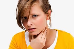 Почему першит в горле и хочется кашлять: чем лечить, что делать?