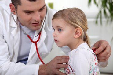 Бронхит у детей: симптомы, признаки у грудничка, вирусные и бактериальные причины, сколько держится температура, клинические рекомендации по лечению, можно ли гулять